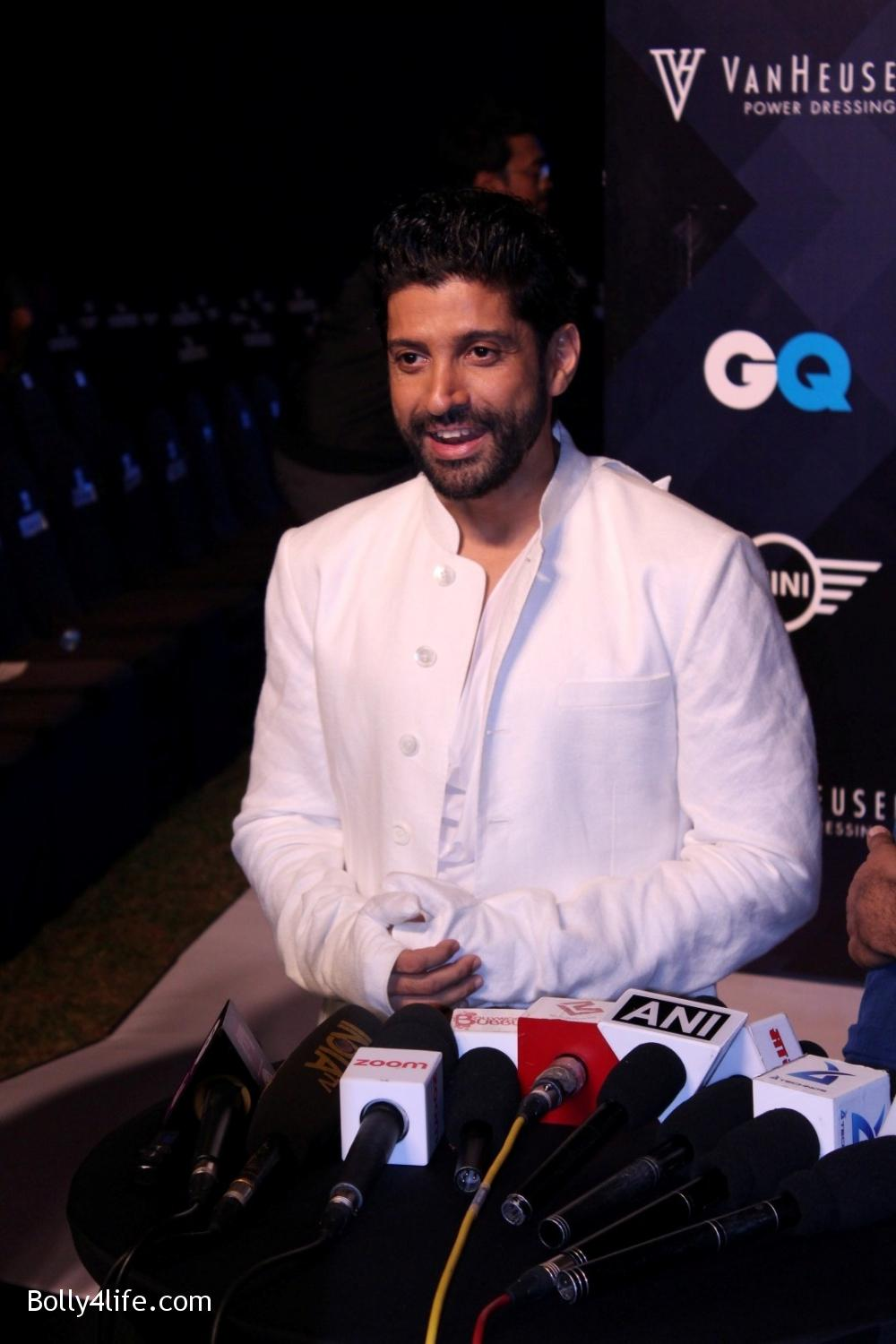 Farhan-Akhtar-displays-the-creation-of-fashion-designer-Rajesh-Pratap-Singh-7.jpg