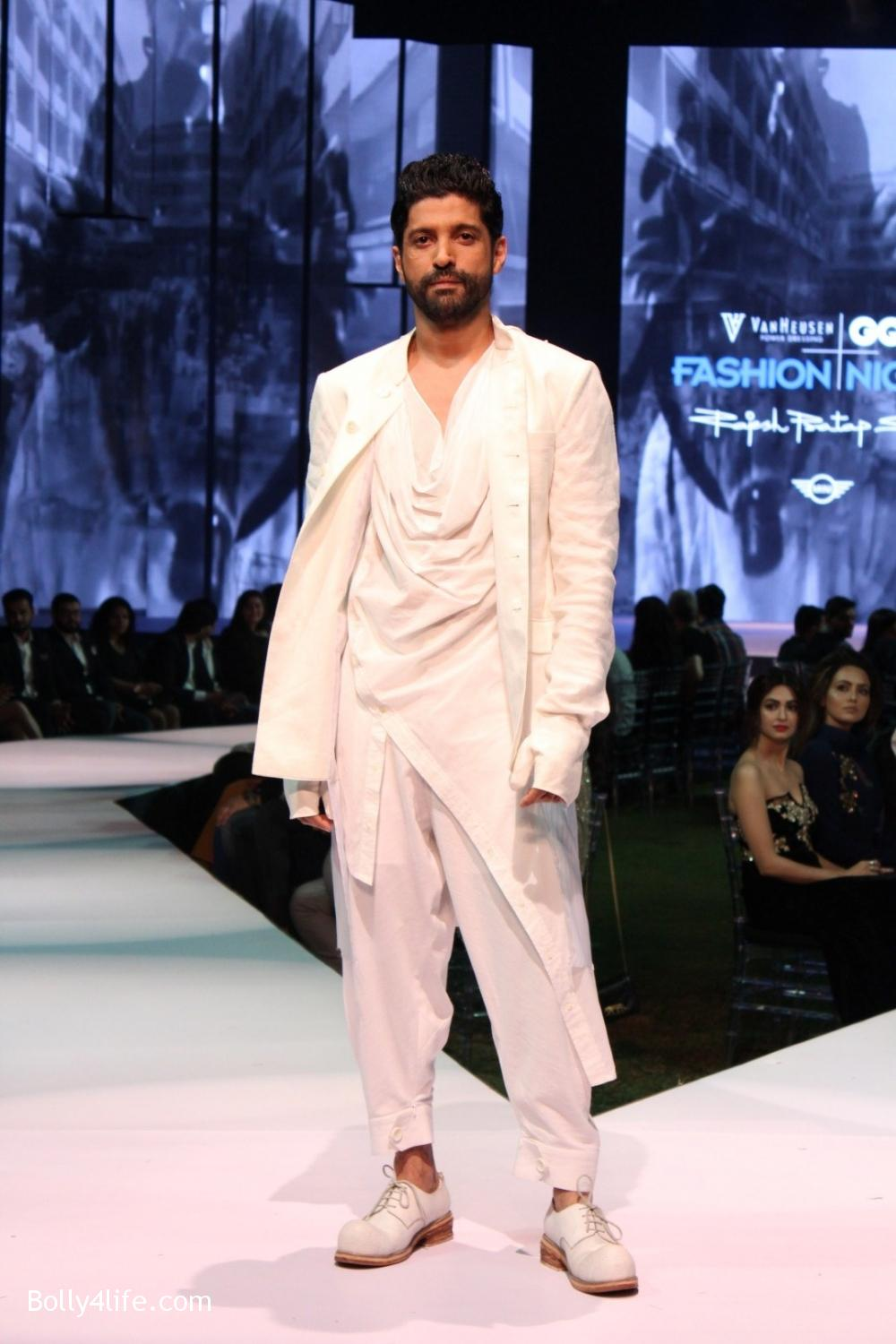 Farhan-Akhtar-displays-the-creation-of-fashion-designer-Rajesh-Pratap-Singh-11.jpg