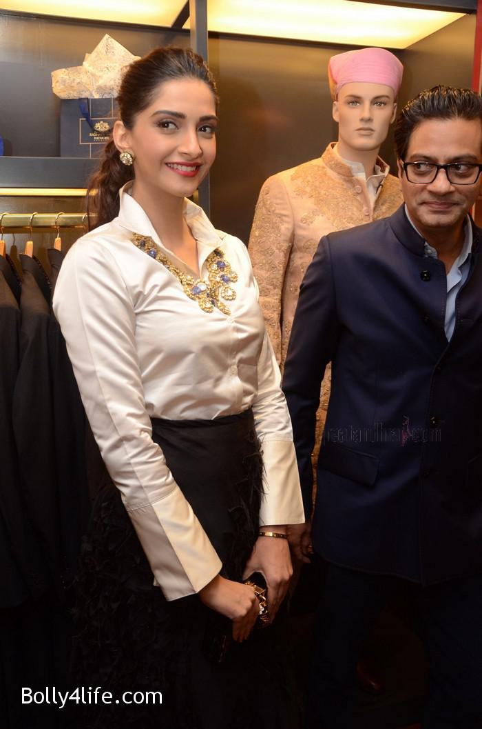 Sonam-Kapoor-Launches-Raghavendra-Rathore-Store-4.jpg