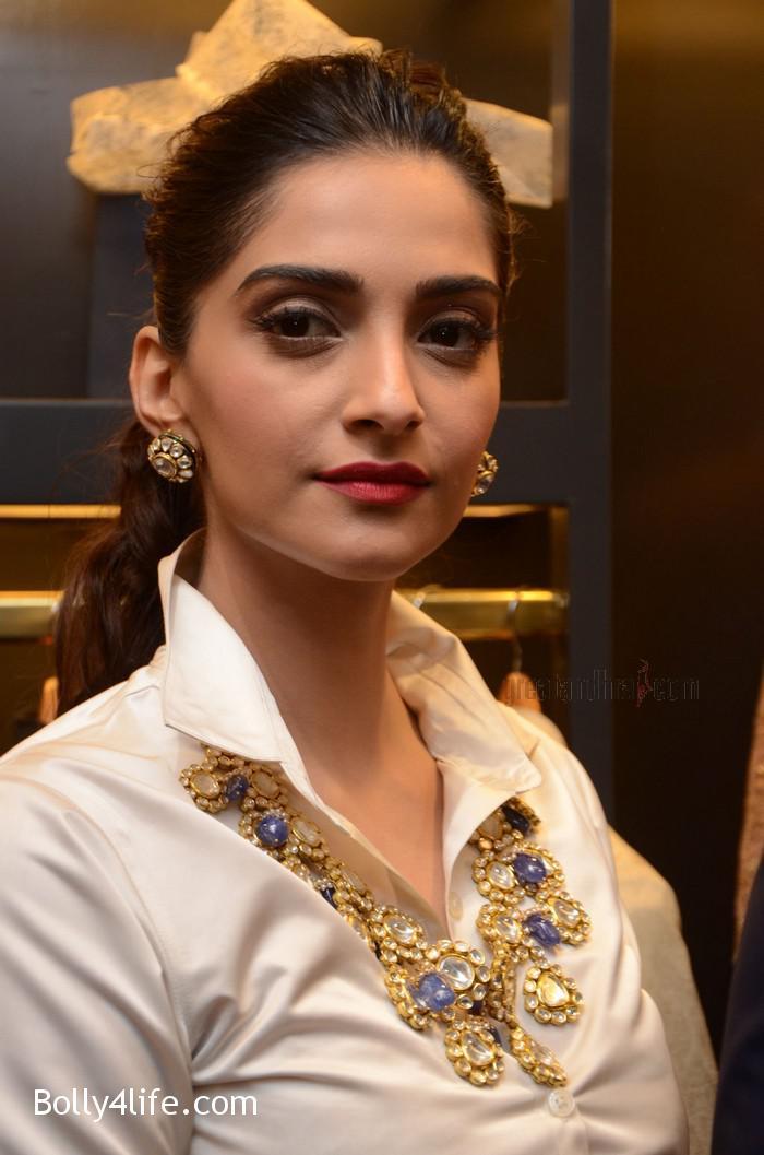 Sonam-Kapoor-Launches-Raghavendra-Rathore-Store-6.jpg