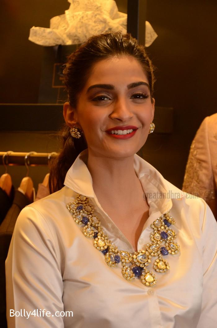 Sonam-Kapoor-Launches-Raghavendra-Rathore-Store-9.jpg