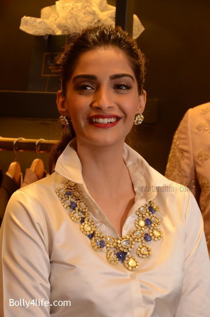 Sonam-Kapoor-Launches-Raghavendra-Rathore-Store-10.jpg