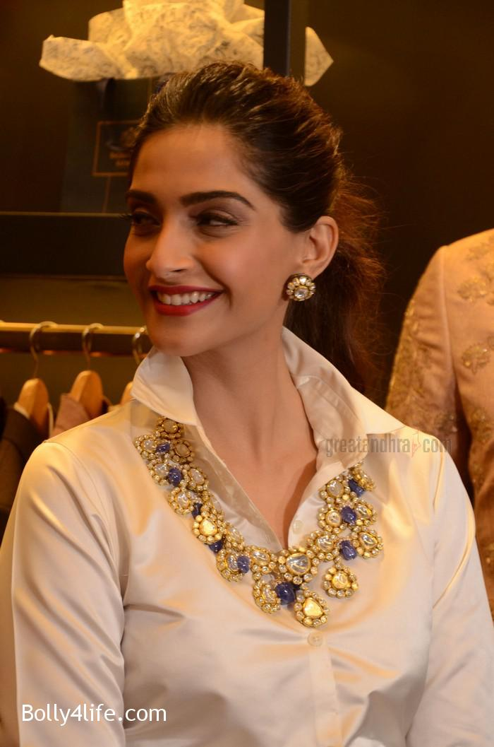 Sonam-Kapoor-Launches-Raghavendra-Rathore-Store-11.jpg