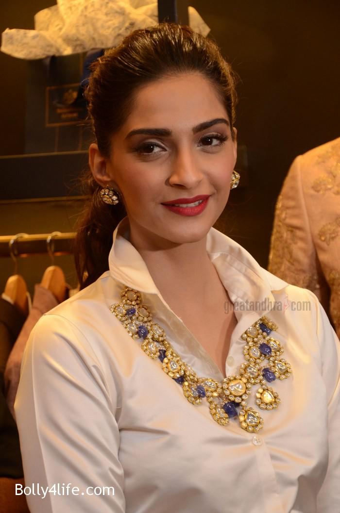 Sonam-Kapoor-Launches-Raghavendra-Rathore-Store-12.jpg