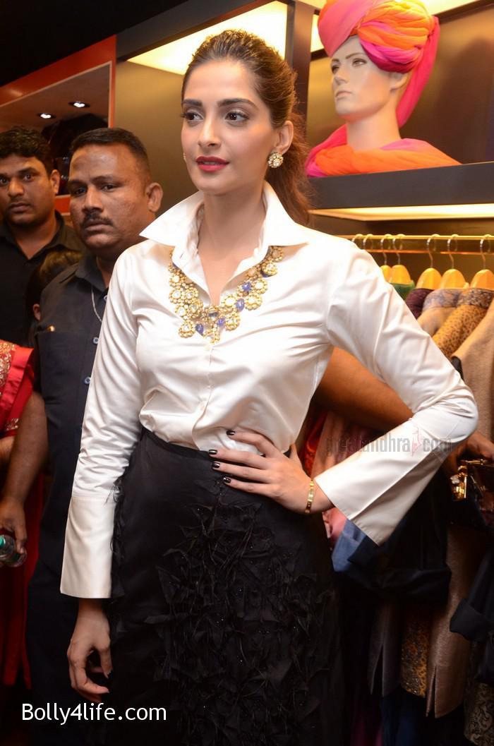 Sonam-Kapoor-Launches-Raghavendra-Rathore-Store-14.jpg