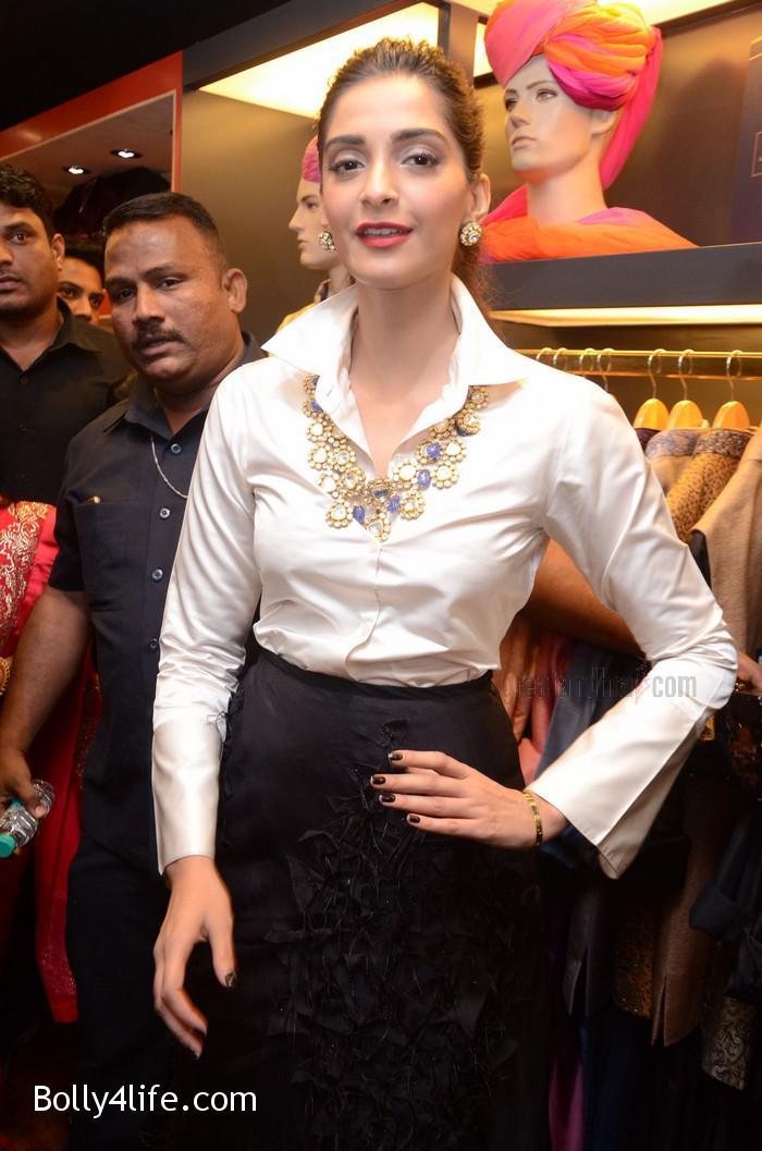 Sonam-Kapoor-Launches-Raghavendra-Rathore-Store-15.jpg
