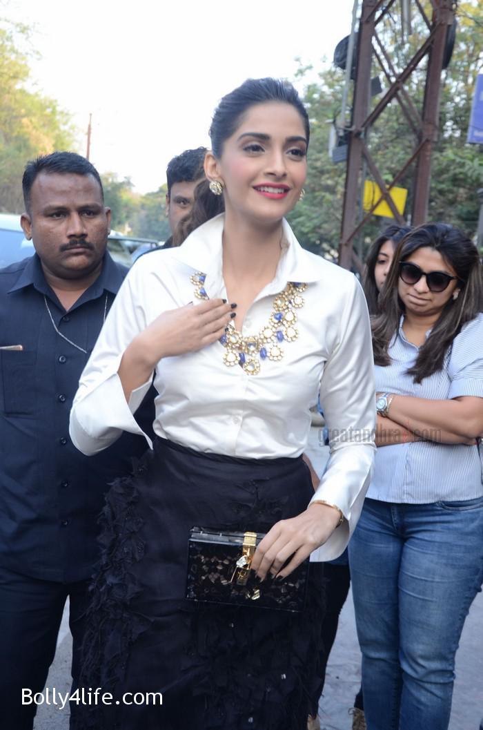 Sonam-Kapoor-Launches-Raghavendra-Rathore-Store-16.jpg
