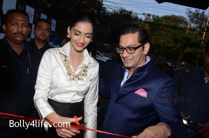 Sonam-Kapoor-Launches-Raghavendra-Rathore-Store-18.jpg