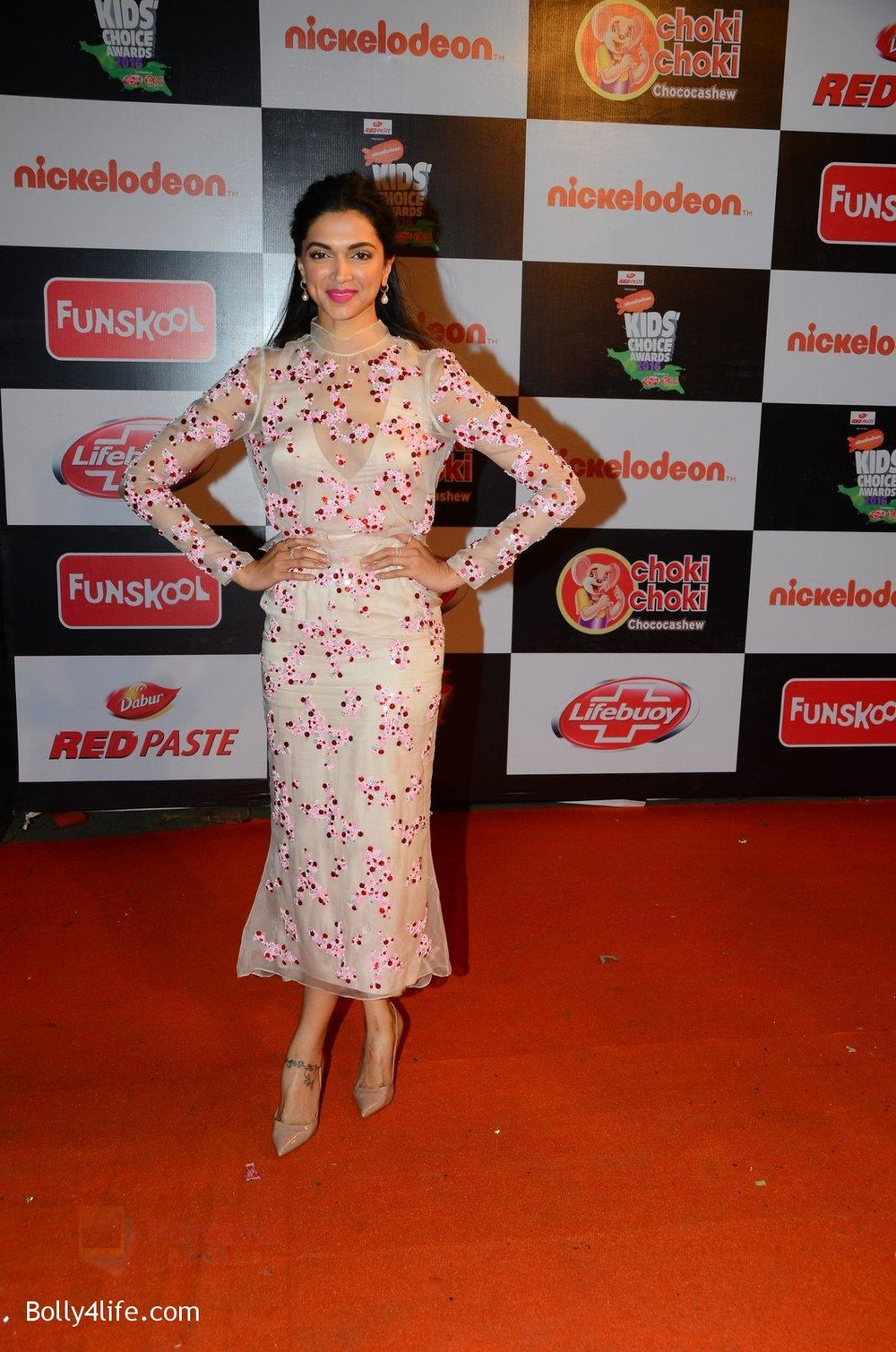 Deepika-Padukone-at-Nickelodeons-Kids-Choice-Awards-2.jpg