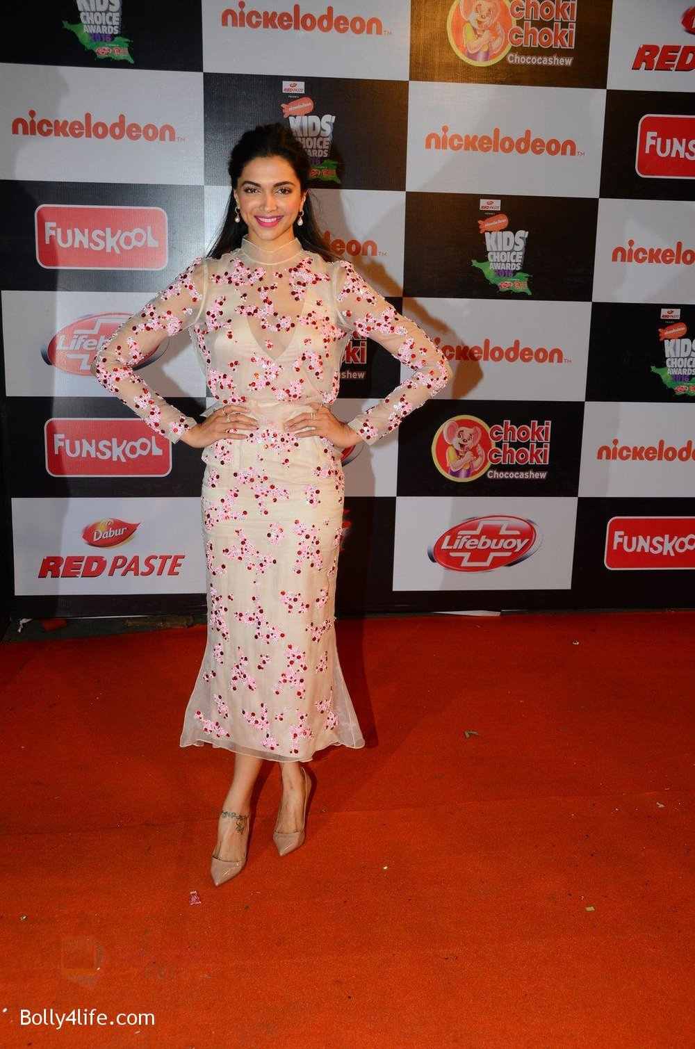 Deepika-Padukone-at-Nickelodeons-Kids-Choice-Awards-4.jpg