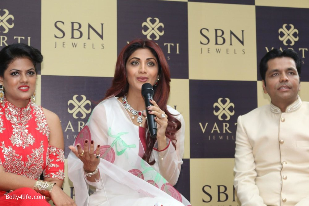 Shilpa-Shetty-inaugurates-jewellery-showroom-of-Varti-Jewells-1.jpg