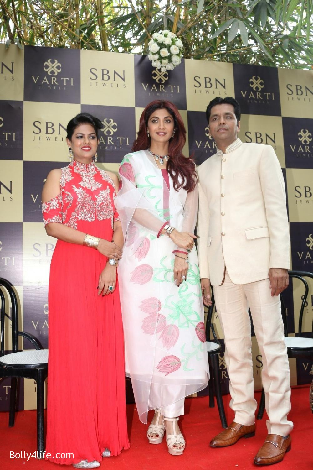 Shilpa-Shetty-inaugurates-jewellery-showroom-of-Varti-Jewells-2.jpg