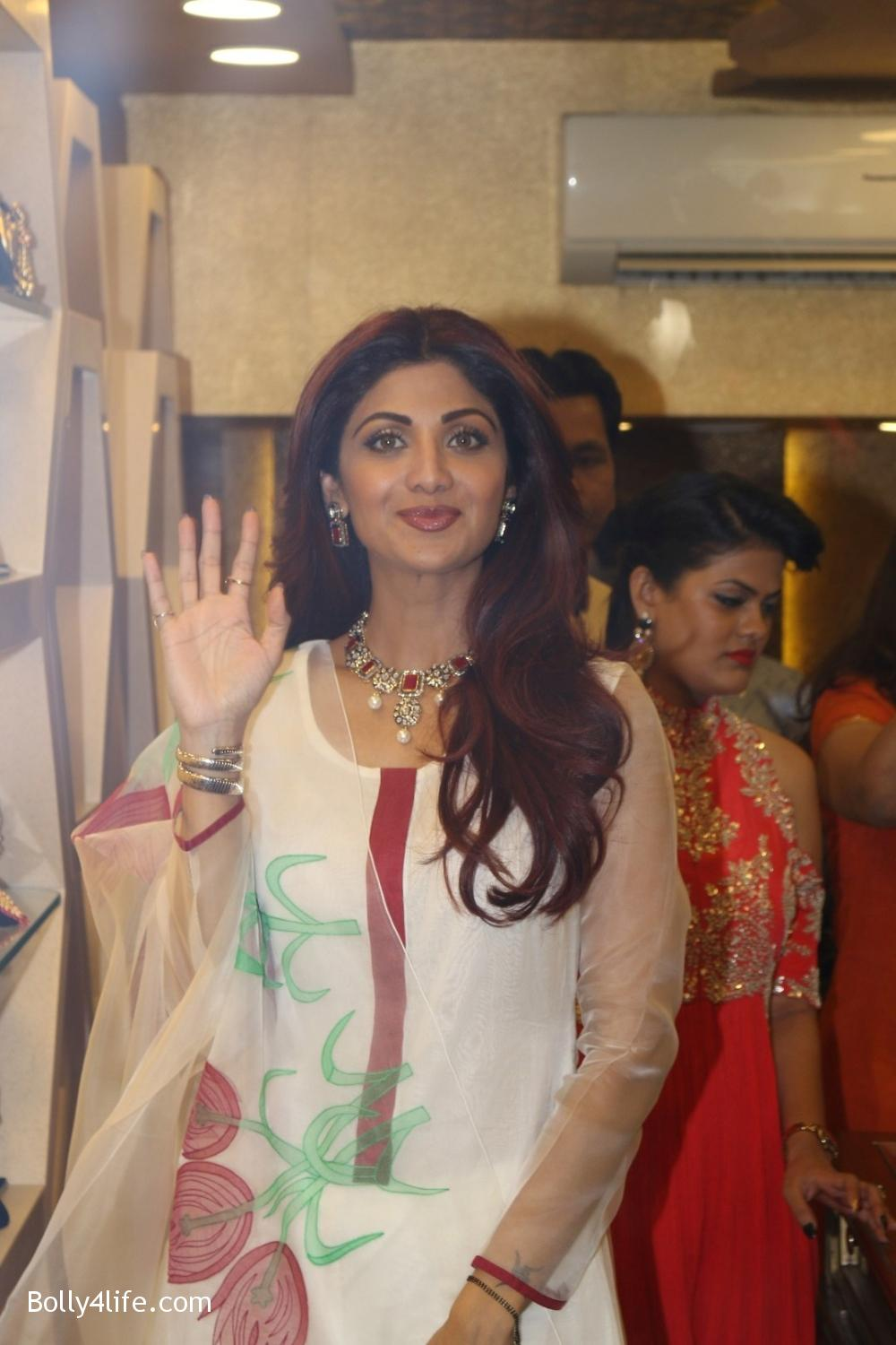 Shilpa-Shetty-inaugurates-jewellery-showroom-of-Varti-Jewells-7.jpg