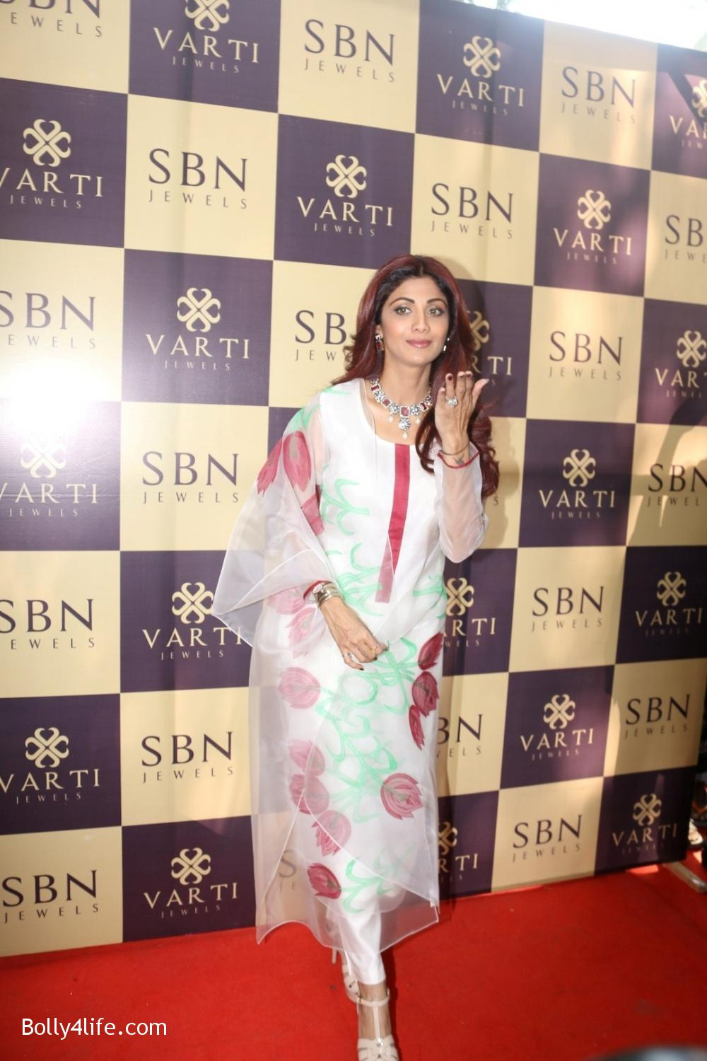 Shilpa-Shetty-inaugurates-jewellery-showroom-of-Varti-Jewells-8.jpg