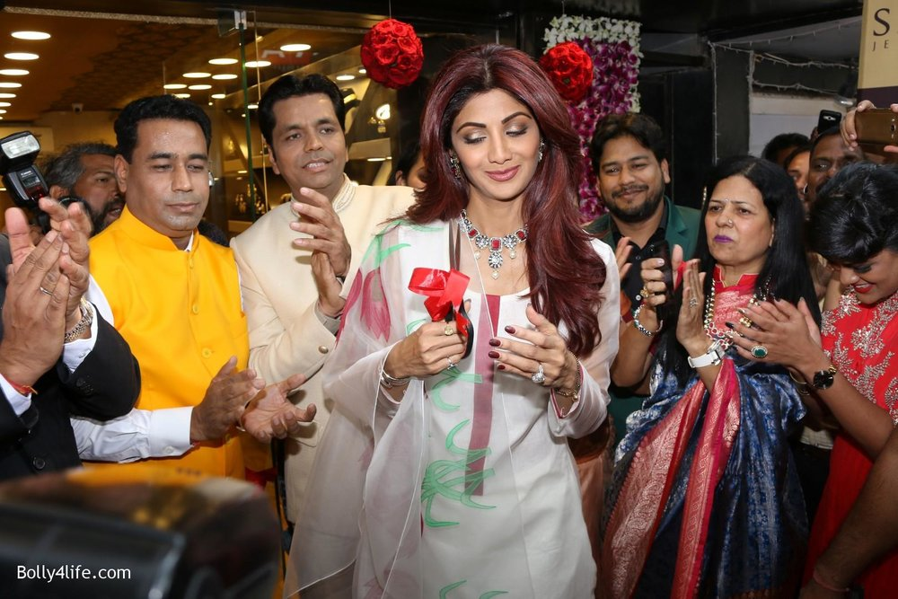 Shilpa-Shetty-inaugurates-jewellery-showroom-of-Varti-Jewells-9.jpg