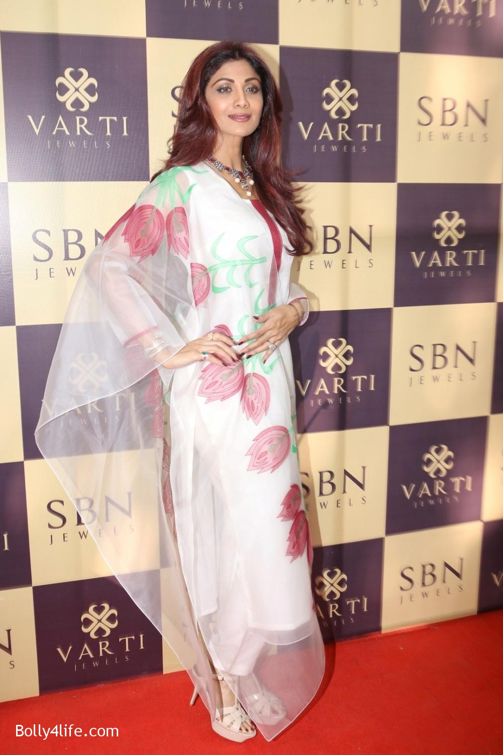 Shilpa-Shetty-inaugurates-jewellery-showroom-of-Varti-Jewells-12.jpg