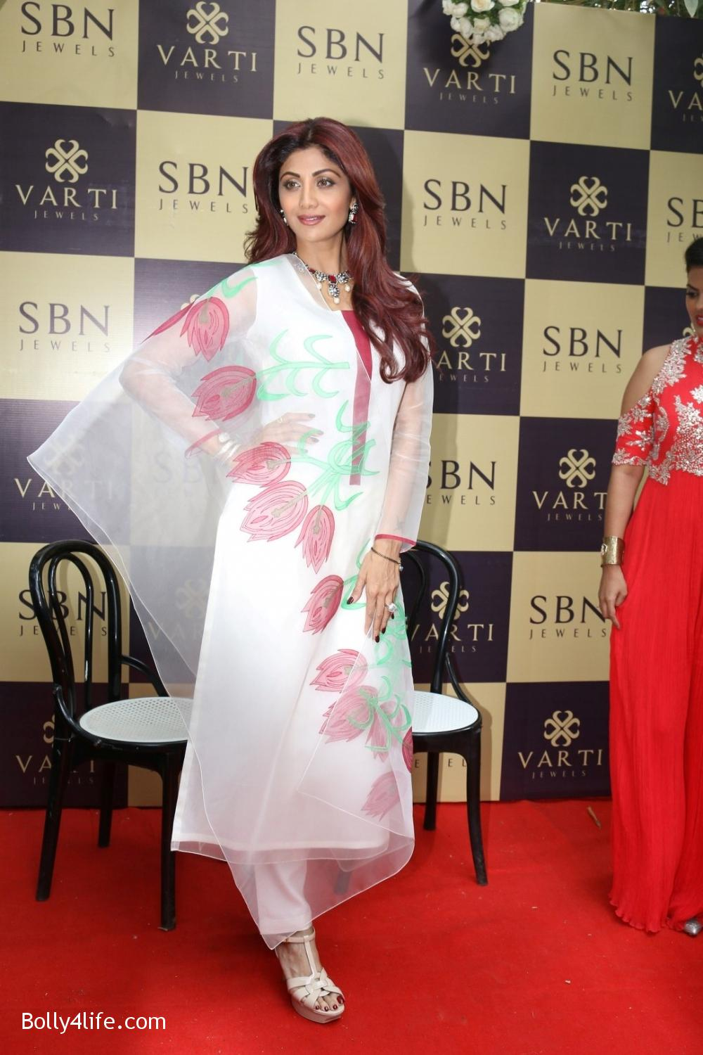 Shilpa-Shetty-inaugurates-jewellery-showroom-of-Varti-Jewells-13.jpg