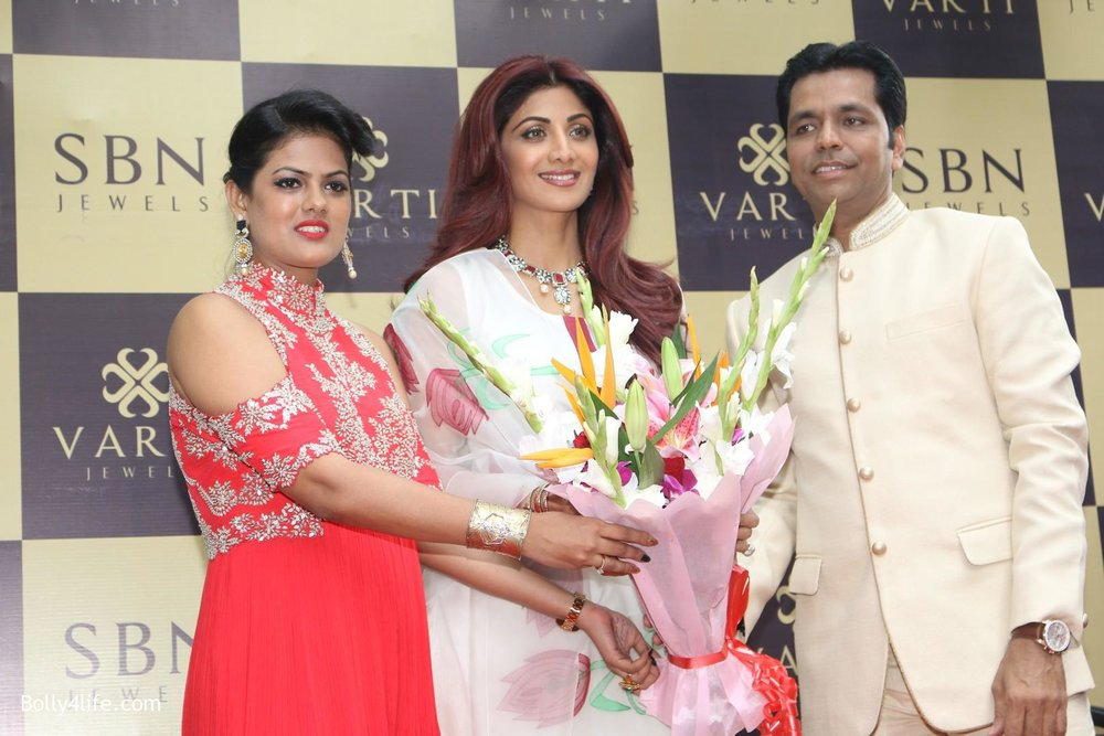 Shilpa-Shetty-inaugurates-jewellery-showroom-of-Varti-Jewells-14.jpg