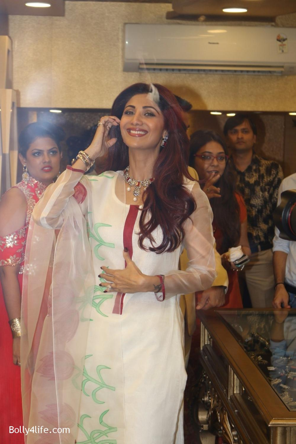 Shilpa-Shetty-inaugurates-jewellery-showroom-of-Varti-Jewells-15.jpg