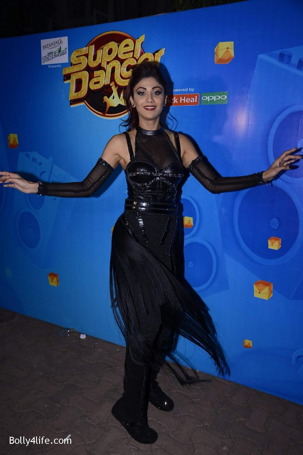 Shilpa-Shetty-perform-at-Sony-TV-reality-show-Super-Dancer-Finale-in-Mumbai-15.jpg