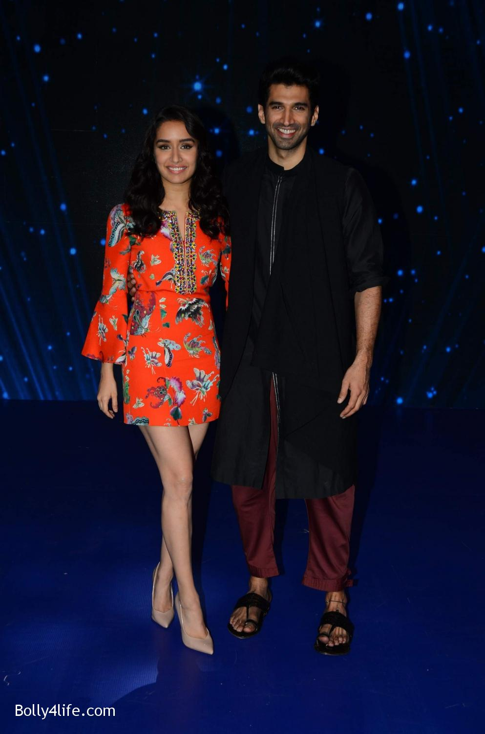 Shraddha-Kapoor-and-Aditya-Roy-Kapur-visit-on-the-set-of-Indian-Idol-Season-9-4.jpg