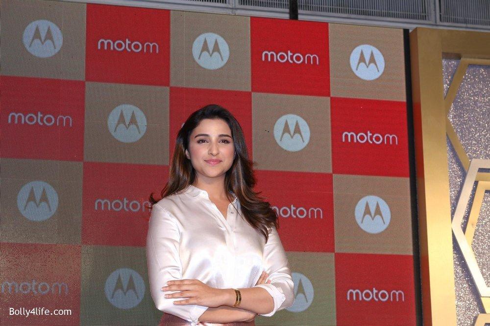 Parineeti-Chopra-launches-Motorola-Moto-M-1.jpg