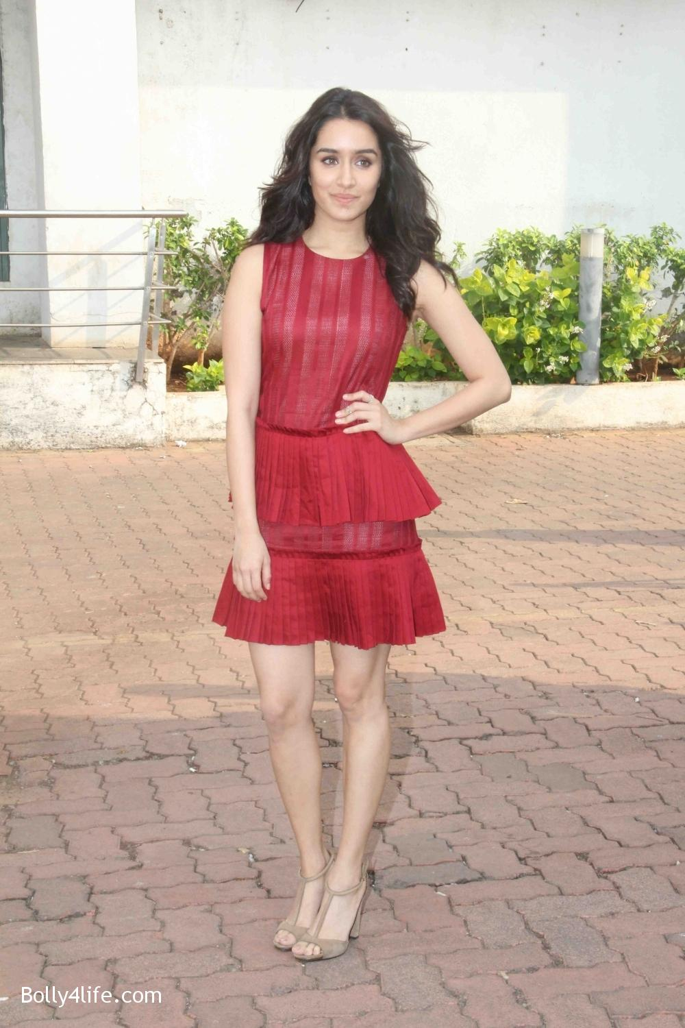 Shraddha-Kapoor-during-the-promotion-of-film-Ok-Jaanu-on-the-sets-Star-Plus-singing-reality-show-Dil-Hai-Hindustani-1.jpg