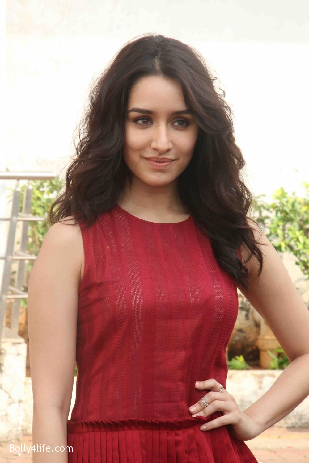 Shraddha-Kapoor-during-the-promotion-of-film-Ok-Jaanu-on-the-sets-Star-Plus-singing-reality-show-Dil-Hai-Hindustani-2.jpg