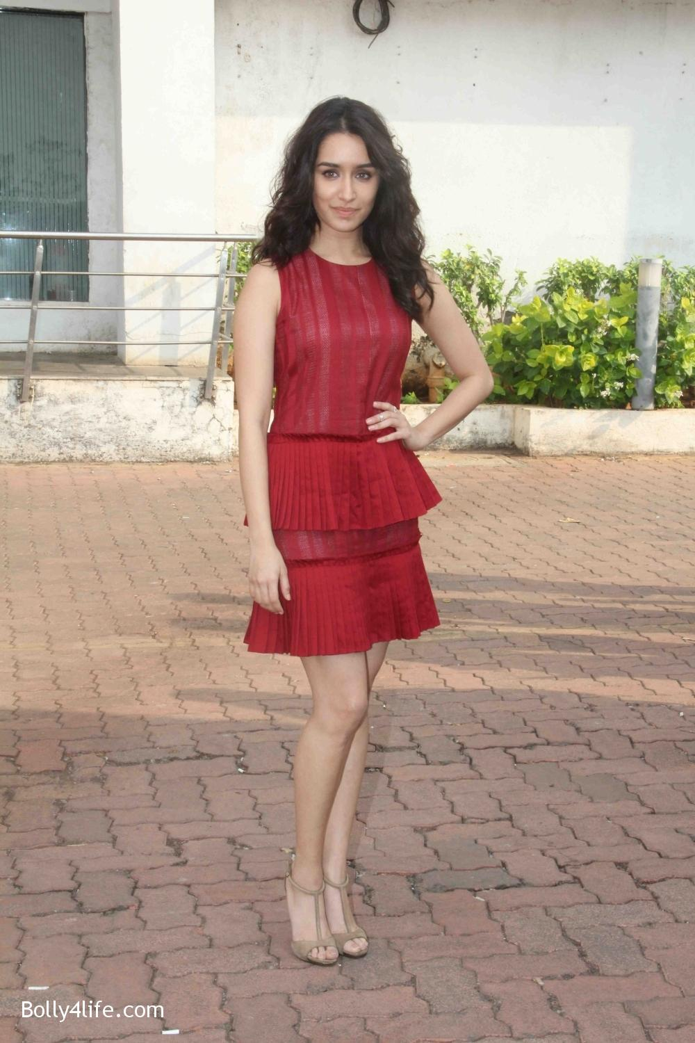 Shraddha-Kapoor-during-the-promotion-of-film-Ok-Jaanu-on-the-sets-Star-Plus-singing-reality-show-Dil-Hai-Hindustani-3.jpg