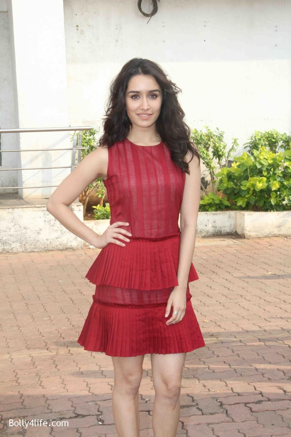 Shraddha-Kapoor-during-the-promotion-of-film-Ok-Jaanu-on-the-sets-Star-Plus-singing-reality-show-Dil-Hai-Hindustani-4.jpg