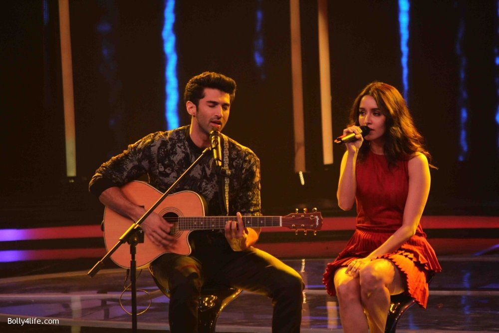 Aditya-Roy-Kapur-and-Shraddha-Kapoor-during-the-promotion-of-film-Ok-Jaanu-on-the-sets-Star-Plus-singing-reality-show-Dil-Hai-Hindustani-1.jpg