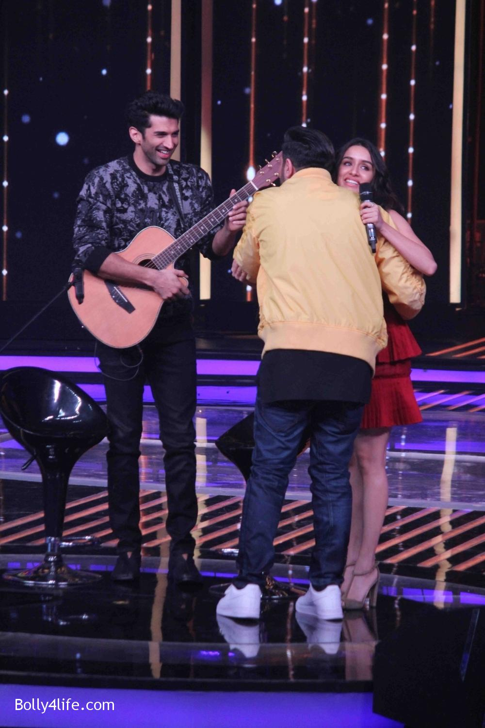 Aditya-Roy-Kapur-and-Shraddha-Kapoor-during-the-promotion-of-film-Ok-Jaanu-on-the-sets-Star-Plus-singing-reality-show-Dil-Hai-Hindustani-2.jpg