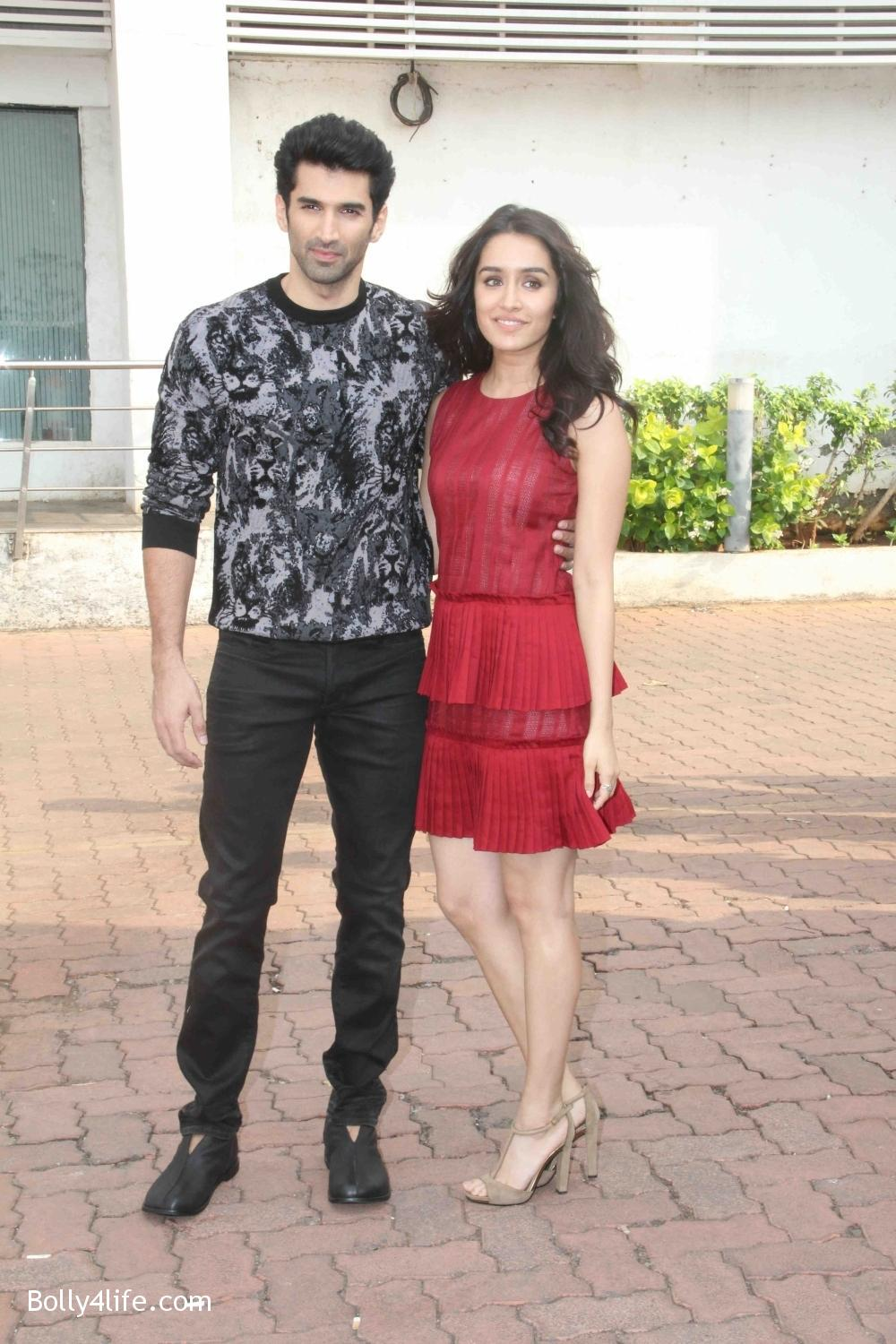 Aditya-Roy-Kapur-and-Shraddha-Kapoor-during-the-promotion-of-film-Ok-Jaanu-on-the-sets-Star-Plus-singing-reality-show-Dil-Hai-Hindustani-3.jpg