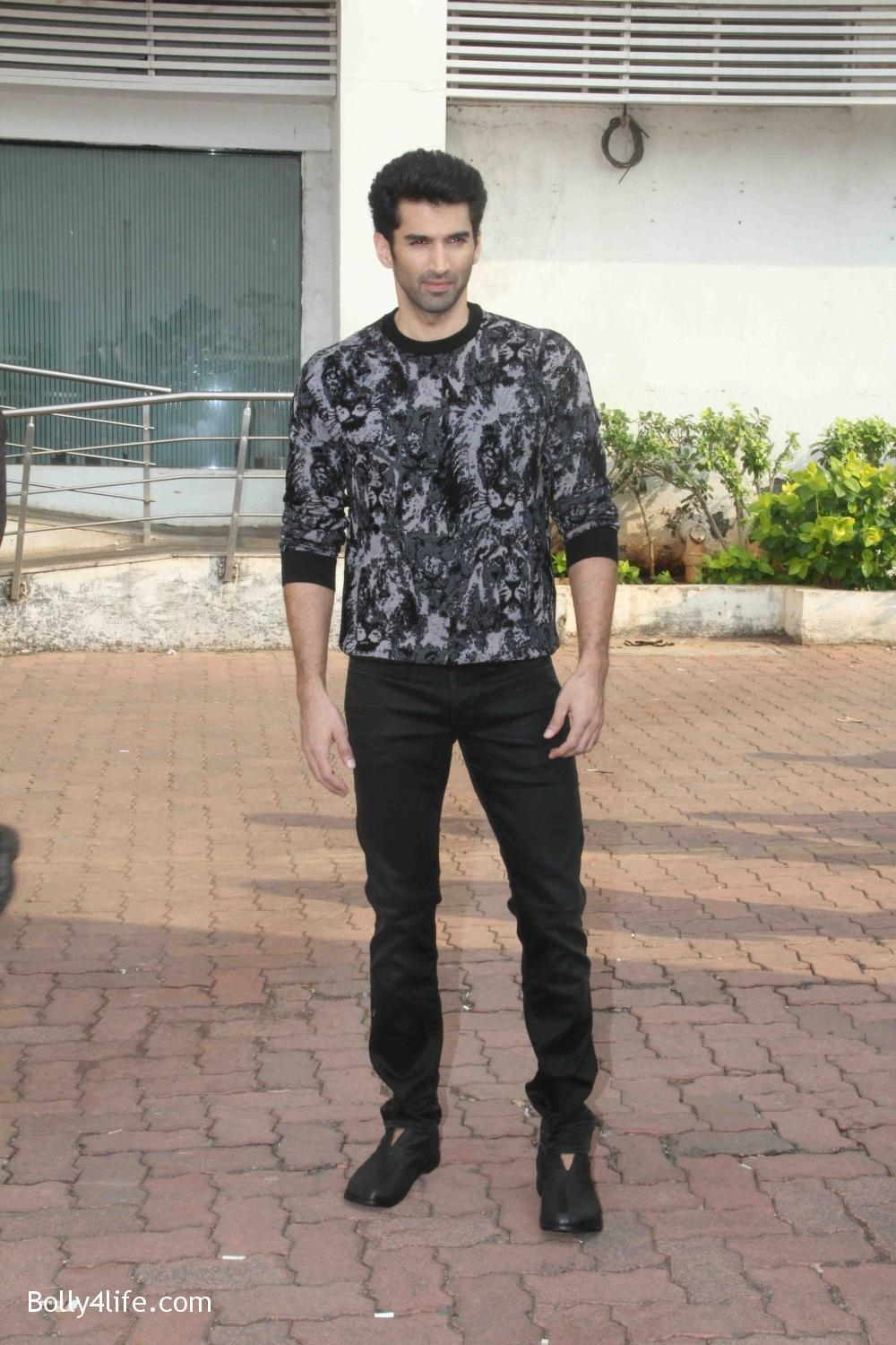 Aditya-Roy-Kapur-and-Shraddha-Kapoor-during-the-promotion-of-film-Ok-Jaanu-on-the-sets-Star-Plus-singing-reality-show-Dil-Hai-Hindustani-4.jpg