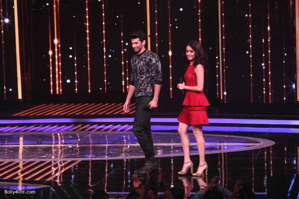 Aditya-Roy-Kapur-and-Shraddha-Kapoor-during-the-promotion-of-film-Ok-Jaanu-on-the-sets-Star-Plus-singing-reality-show-Dil-Hai-Hindustani-6.jpg