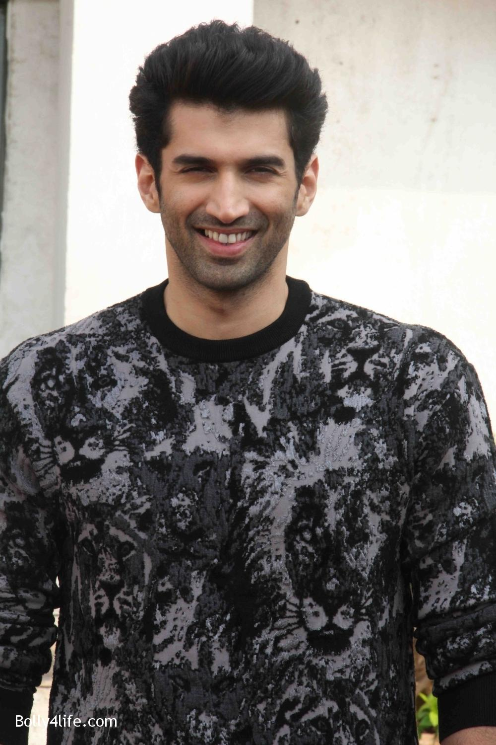 Aditya-Roy-Kapur-and-Shraddha-Kapoor-during-the-promotion-of-film-Ok-Jaanu-on-the-sets-Star-Plus-singing-reality-show-Dil-Hai-Hindustani-7.jpg