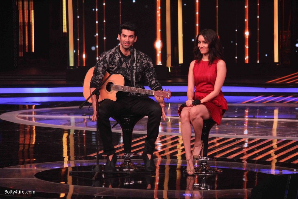 Aditya-Roy-Kapur-and-Shraddha-Kapoor-during-the-promotion-of-film-Ok-Jaanu-on-the-sets-Star-Plus-singing-reality-show-Dil-Hai-Hindustani-9.jpg