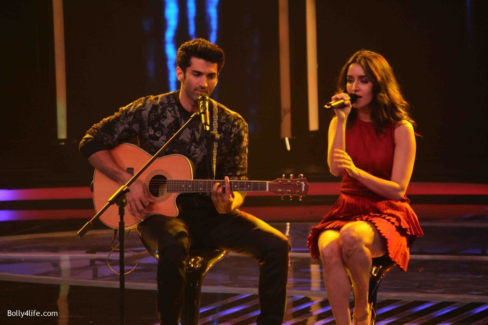 Aditya-Roy-Kapur-and-Shraddha-Kapoor-during-the-promotion-of-film-Ok-Jaanu-on-the-sets-Star-Plus-singing-reality-show-Dil-Hai-Hindustani-10.jpg