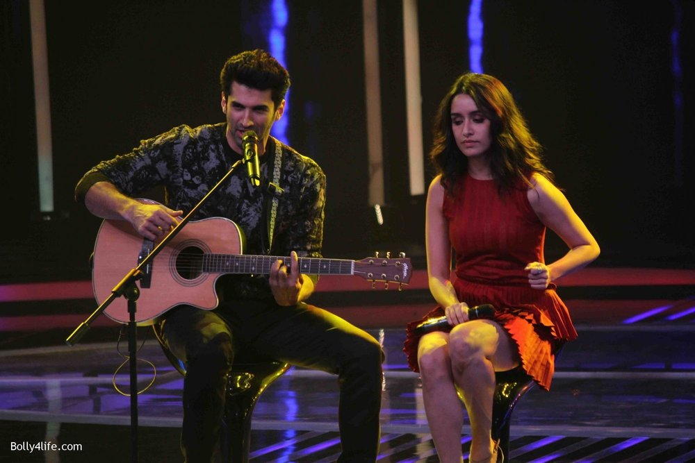 Aditya-Roy-Kapur-and-Shraddha-Kapoor-during-the-promotion-of-film-Ok-Jaanu-on-the-sets-Star-Plus-singing-reality-show-Dil-Hai-Hindustani-11.jpg
