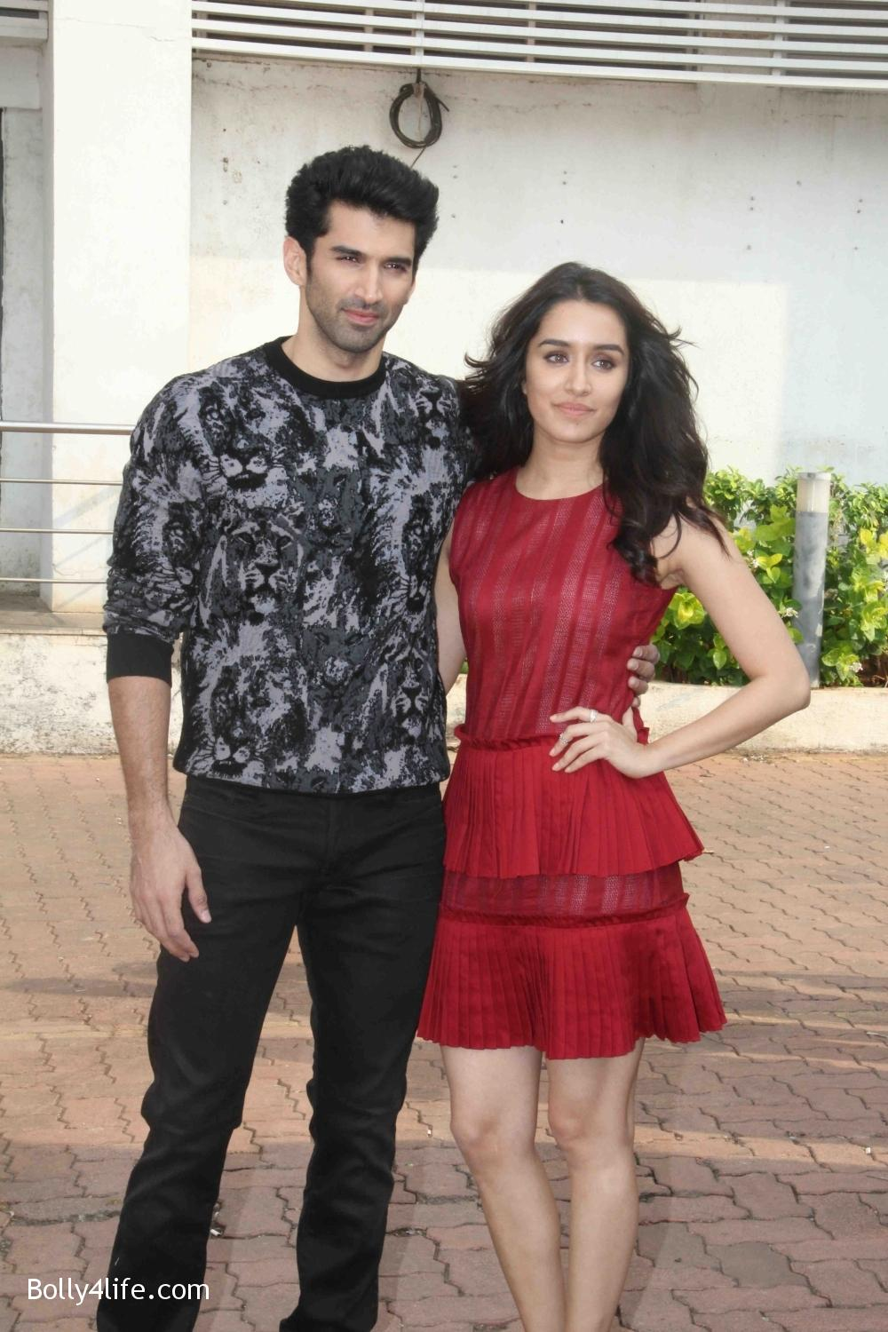 Aditya-Roy-Kapur-and-Shraddha-Kapoor-during-the-promotion-of-film-Ok-Jaanu-on-the-sets-Star-Plus-singing-reality-show-Dil-Hai-Hindustani-12.jpg