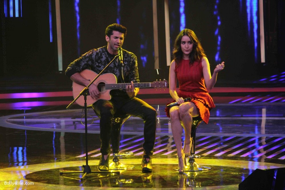 Aditya-Roy-Kapur-and-Shraddha-Kapoor-during-the-promotion-of-film-Ok-Jaanu-on-the-sets-Star-Plus-singing-reality-show-Dil-Hai-Hindustani-13.jpg