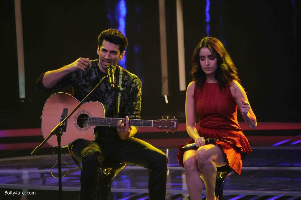 Aditya-Roy-Kapur-and-Shraddha-Kapoor-during-the-promotion-of-film-Ok-Jaanu-on-the-sets-Star-Plus-singing-reality-show-Dil-Hai-Hindustani-14.jpg