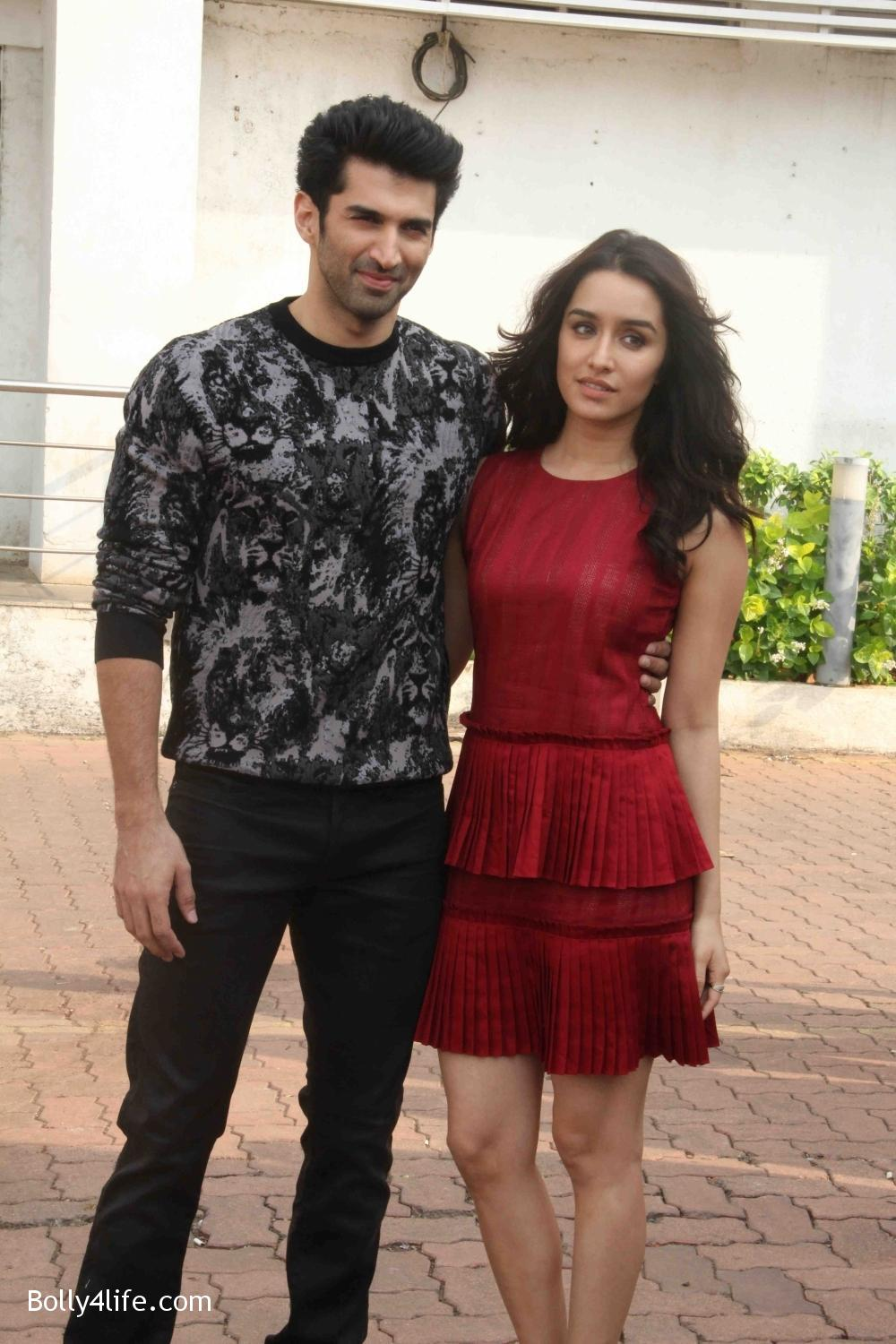 Aditya-Roy-Kapur-and-Shraddha-Kapoor-during-the-promotion-of-film-Ok-Jaanu-on-the-sets-Star-Plus-singing-reality-show-Dil-Hai-Hindustani-15.jpg