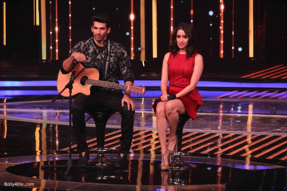 Aditya-Roy-Kapur-and-Shraddha-Kapoor-during-the-promotion-of-film-Ok-Jaanu-on-the-sets-Star-Plus-singing-reality-show-Dil-Hai-Hindustani-16.jpg