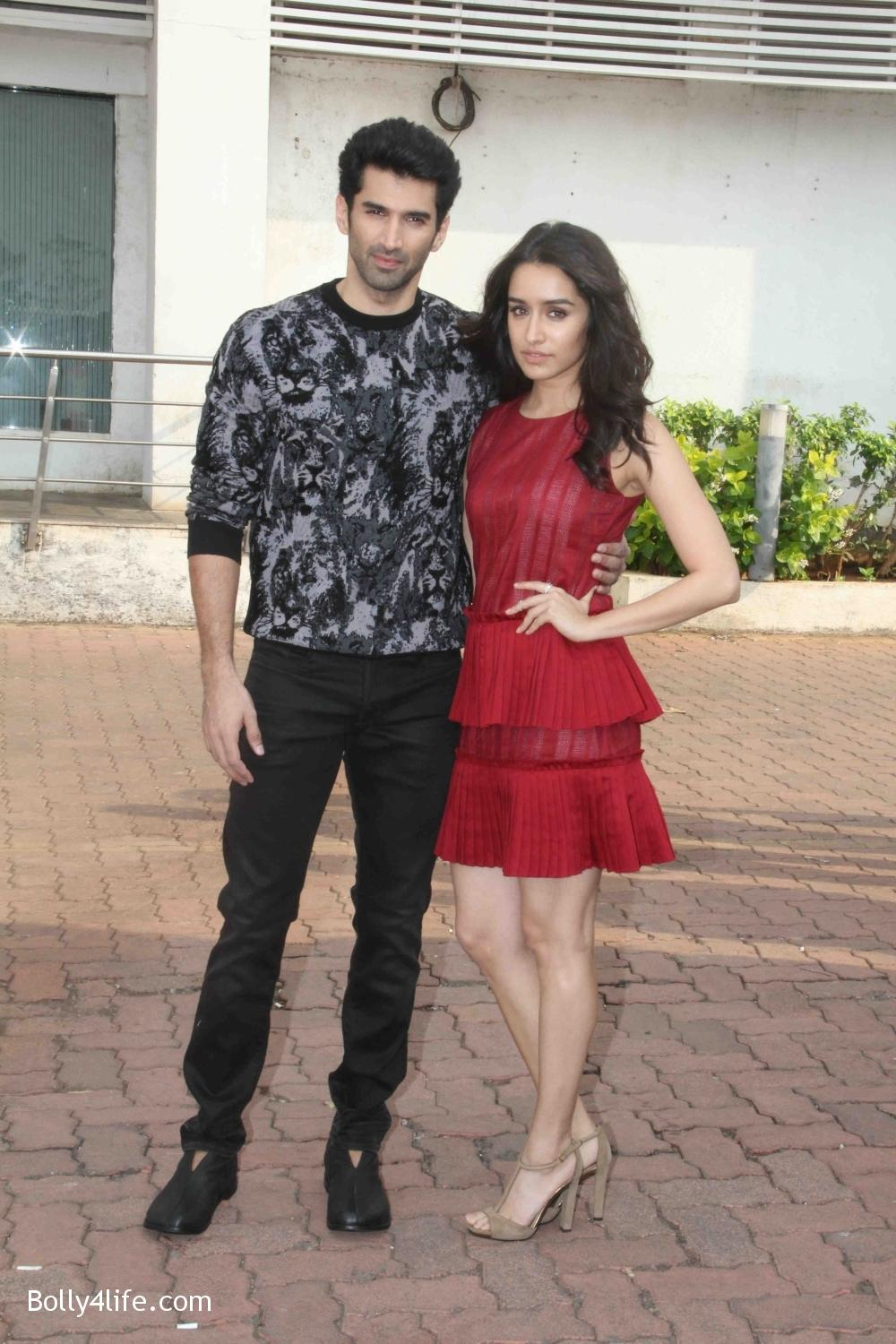 Aditya-Roy-Kapur-and-Shraddha-Kapoor-during-the-promotion-of-film-Ok-Jaanu-on-the-sets-Star-Plus-singing-reality-show-Dil-Hai-Hindustani-17.jpg