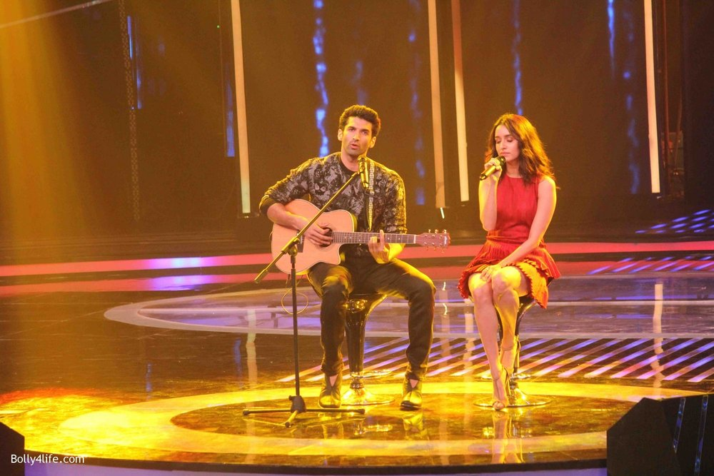 Aditya-Roy-Kapur-and-Shraddha-Kapoor-during-the-promotion-of-film-Ok-Jaanu-on-the-sets-Star-Plus-singing-reality-show-Dil-Hai-Hindustani-19.jpg