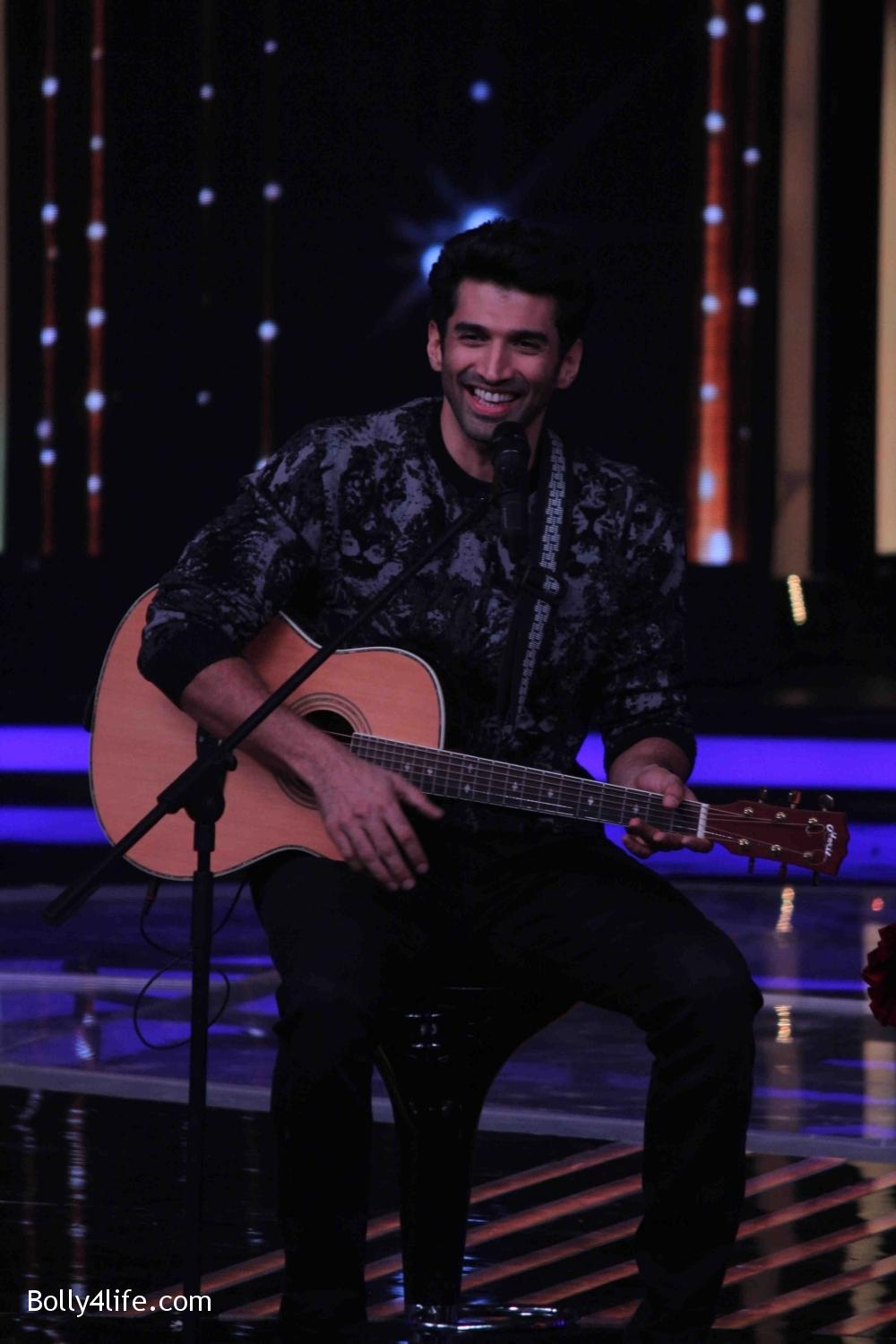 Aditya-Roy-Kapur-and-Shraddha-Kapoor-during-the-promotion-of-film-Ok-Jaanu-on-the-sets-Star-Plus-singing-reality-show-Dil-Hai-Hindustani-20.jpg