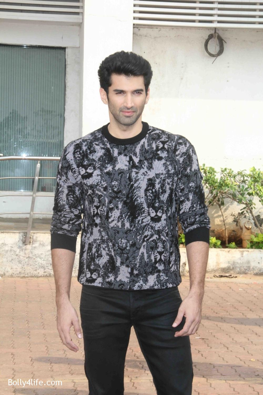 Aditya-Roy-Kapur-and-Shraddha-Kapoor-during-the-promotion-of-film-Ok-Jaanu-on-the-sets-Star-Plus-singing-reality-show-Dil-Hai-Hindustani-21.jpg