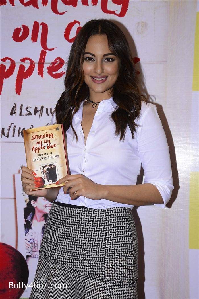 aishwarya_rajinikanth_dhanush_standing_on_an_apple_box_book_launch_stills_2ba2bb9.jpg