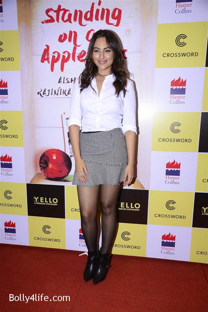 aishwarya_rajinikanth_dhanush_standing_on_an_apple_box_book_launch_stills_16d8e58.jpg
